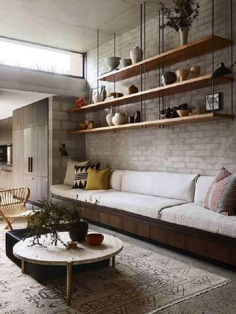 18. Decoração com estilo industrial para sala com prateleira suspensa teto – Foto: Pinterest
