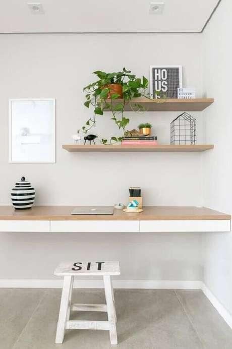 19. Decoração minimalista para home office com prateleira de madeira suspensa – Foto: Pinterest