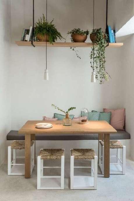 23. Decoração simples para sala de jantar com prateleira suspensa para plantas – Foto: Home Fashion Trend