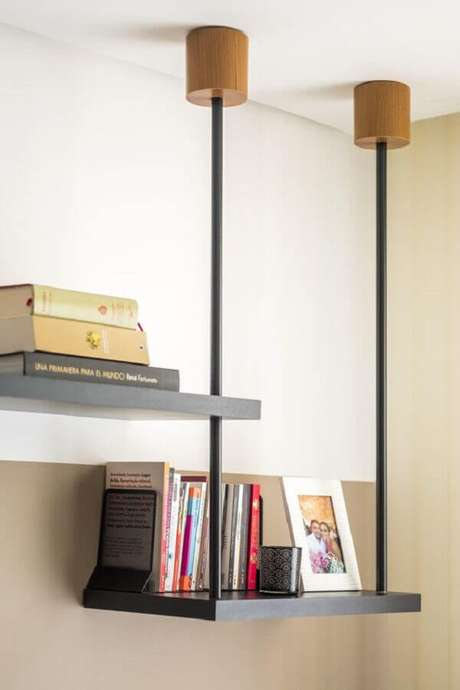 24. Design moderno de prateleira suspensa teto – Foto: Ligia Batschke