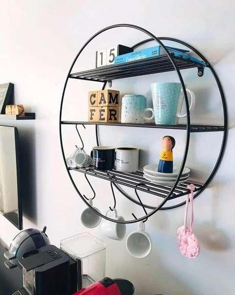 25. Modelo de prateleira aramada suspensa com estrutura redonda – Foto: Socializando Ideias
