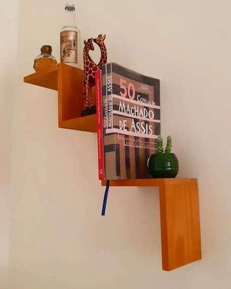 28. Design moderno de prateleira suspensa de madeira – Foto: Casa 646