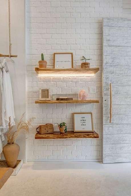 29. Modelo de prateleira suspensa rústica de madeira – Foto: Casa de Valentina