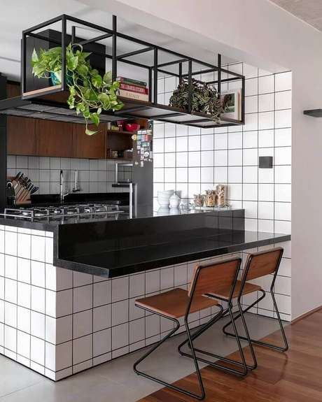 35. Prateleira aramada suspensa para cozinha americana – Foto: Pinterest