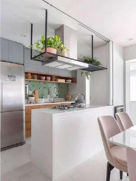37. Prateleira aramada suspensa para cozinha americana com bancada com cooktop – Foto: Pinterest