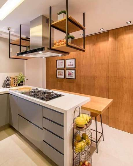 38. Prateleira suspensa cozinha planejada com bancada de madeira e cooktop – Foto: Home Fashion Trend