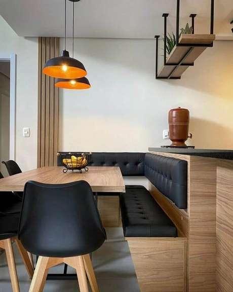 39. Prateleira aramada suspensa para sala de jantar decorada com canto alemão e pendentes pretos – Foto: Adriana Stedille Desginer