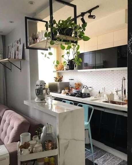 43. Prateleira suspensa cozinha americana simples com armários pretos – Foto: Mini Apê 104
