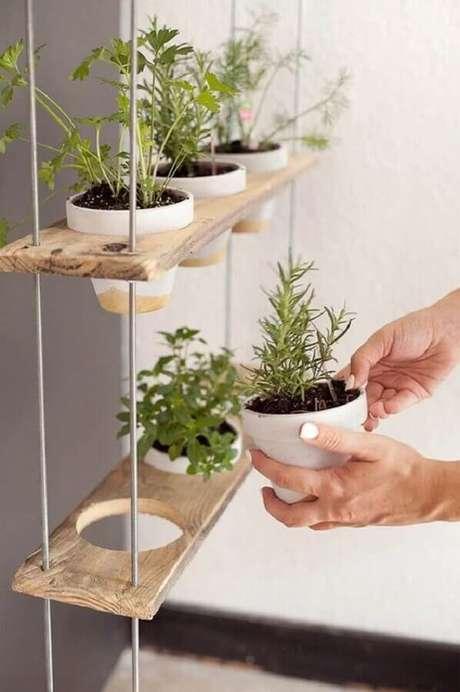 8. Faça um jardim vertical usando a prateleira suspensa para plantas – Foto: Revista Artesanato