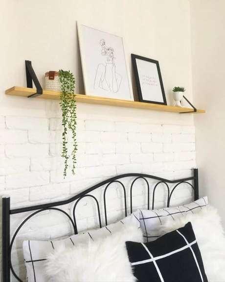 4. Invista em uma prateleira suspensa para a decoração do seu quarto – Foto: Morada da Érica