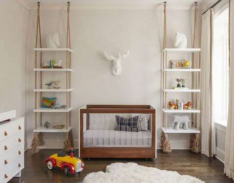6. Prateleira suspensa com corda para decoração de quarto de bebê todo branco – Foto: ELLE Decoration