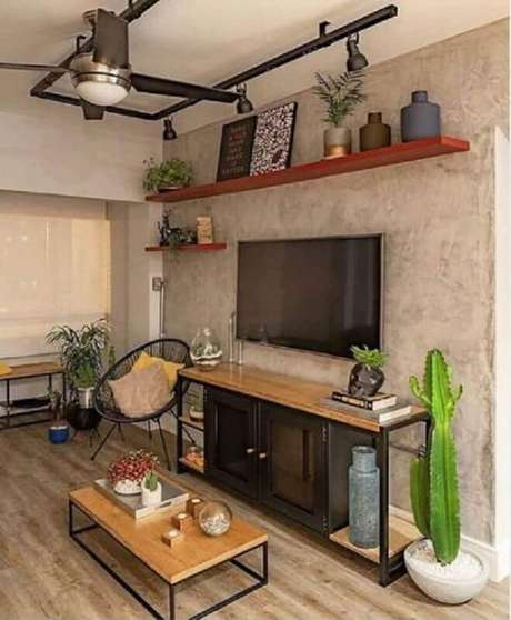 47. Prateleira suspensa para sala decorada com estilo industrial com parede de cimento queimado – Foto: Pinterest