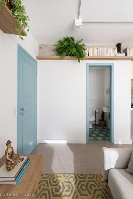 48. Sala decorada com prateleira suspensa para livros e plantas – Foto: Pinterest