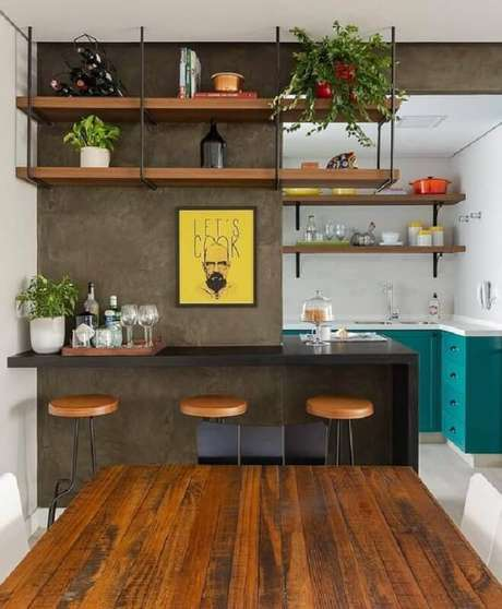49. Prateleira suspensa para sala de jantar integrada com cozinha – Foto: DIY Home