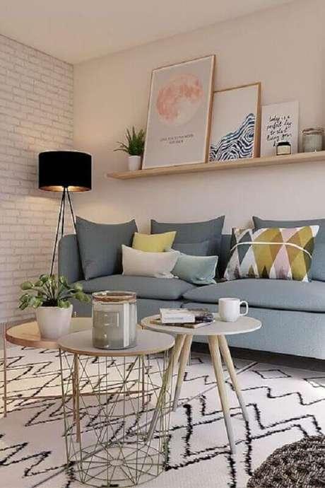 52. Decoração clean com prateleira suspensa para sala com sofá cinza e abajur preto de chão – Foto: Jeito de Casa