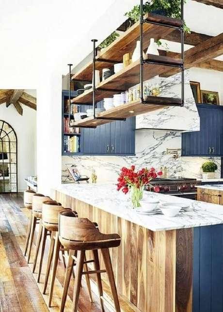54. Prateleira suspensa teto para decoração de cozinha planejada com bancada gourmet – Foto: ArchZine