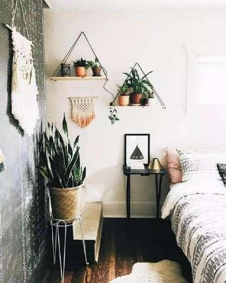 57. Prateleira suspensa para quarto decorado com vários vasos de plantas – Foto: Viajando no Apê