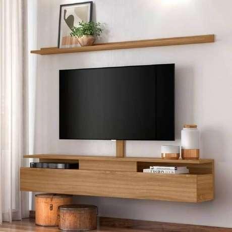 58. Decoração simples com rack e prateleira suspensa para sala de TV – Foto: Pinterest