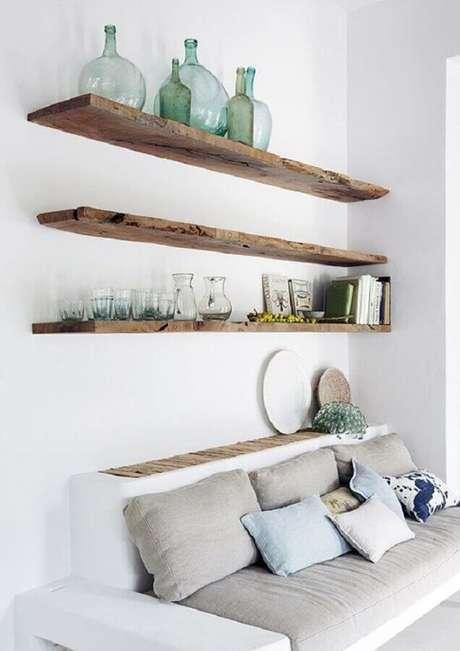 59. Sala branca decorada com prateleira suspensa de madeira rústica – Foto: Futurist Architecture