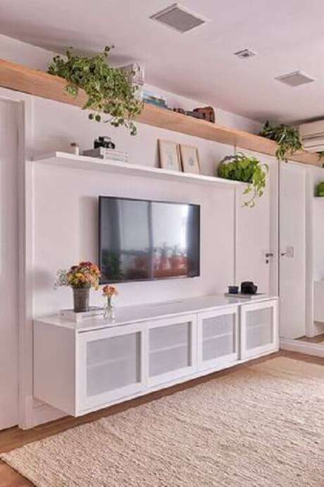 60. Sala branca decorada com rack e prateleira suspensa – Foto: Casa de Valentina