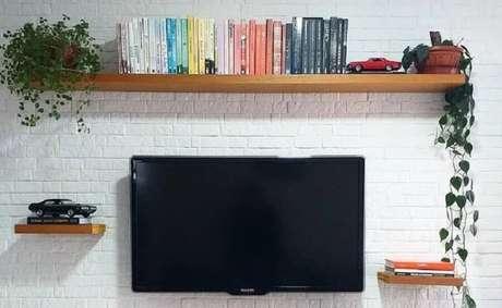 9. Sala simples decorada com prateleira suspensa para livros – Foto: Nossa Casa 93