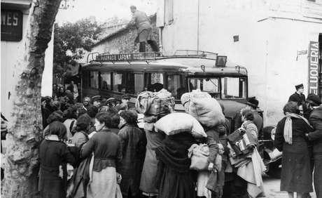 Refugiados tentam fugir para Espanha em meio a avanço de tropas nazistas