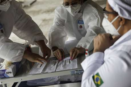 Funcionários de saúde conduzem testes de Covid-19 no Rio de Janeiro 15/06/2020 REUTERS/Ricardo Moraes