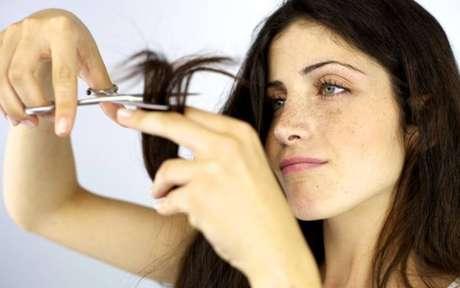 Mulher cortando cabelo em casa