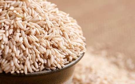 Recipiente fundo com bastante arroz dentro e ao redor