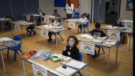 Carteiras viradas para frente, em vez de todos sentados juntos no chão: o novo formato na educação infantil britânica em meio à pandemia