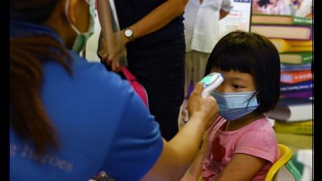 Em Cingapura, medição diária de temperatura e normas rígidas sobre quais crianças podem circular em quais lugares