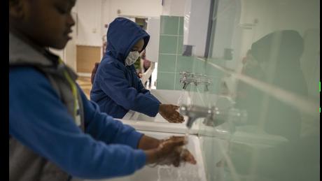 Alunos lavando as mãos na França; algumas escolas voltaram a ser fechadas temporariamente após surgirem novos casos de covid-19