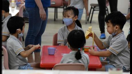 Recreio em Cingapura agora tem lanches trazidos de casa e menos interação entre crianças