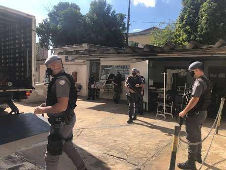 Respiradores são descarregados com escolta policial, em hospital de Ribeirão Preto, no interior de São Paulo.