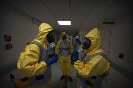 Desinfecção de UTI para Covid em hospital de Saronno, na Itália, após esvaziamento do departamento