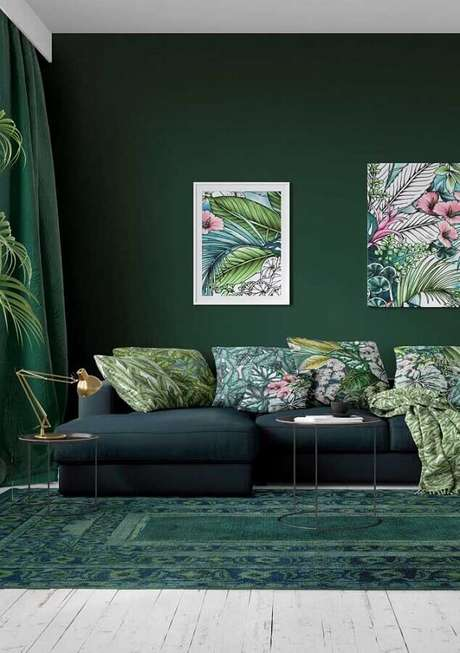 14. Decoração com almofadas e quadros com imagens de folhagens para sala verde escura – Foto: Houzz