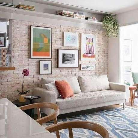 10. Composição com quadro de parede para sala de estar com parede de tijolo à vista – Foto: We Heart It