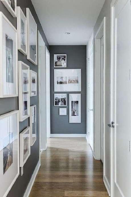 13. Composição de quadros na parede cinza de corredor – Foto: Tecnisa