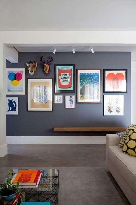 6. O quadro de parede para corredor pode ajudar a integrar o ambiente com outros espaços da casa como a sala, por exemplo – Foto: Casa de Valentina