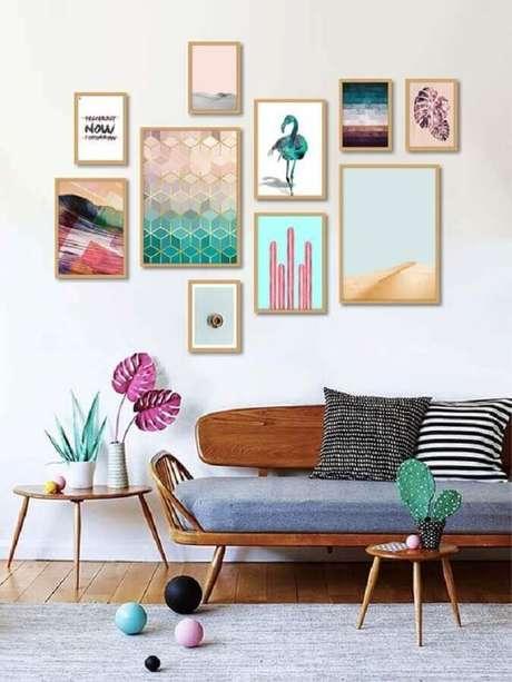 16. Composição de quadros na parede para decoração simples com sofá de madeira – Foto: AMMO Quadros