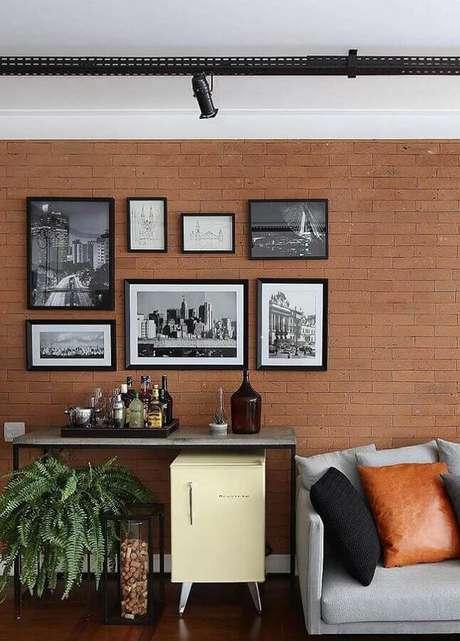 1. Faça uma composição de quadros na parede que tenha a ver com seu estilo de decoração – Foto: Behance