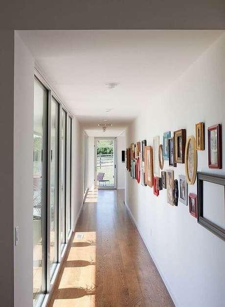 18. Corredor decorado com parede de quadros de fotografia – Foto: Pinterest