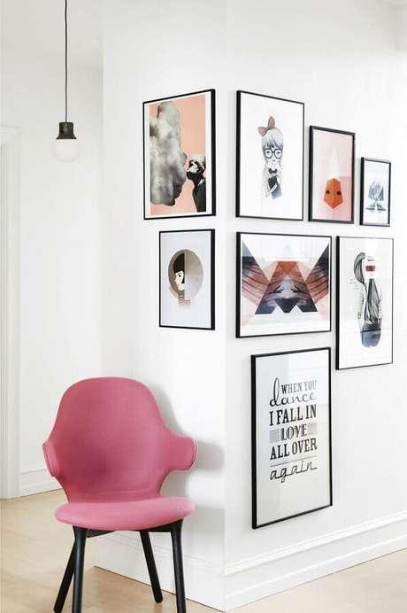 19. Decoração clean com poltrona rosa e quadros de parede decorativos – Foto: Pinterest