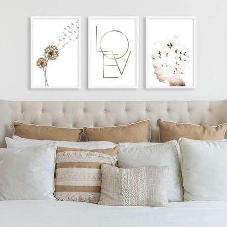 21. Decoração com quadro de parede para quarto com cabeceira capitonê bege – Foto: Pirilampo Decor