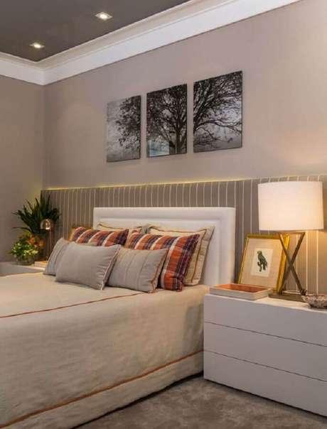 23. Decoração em cores neutras com quadro de parede para quarto de casal com cabeceira estofada listrada – Foto: Quartos Etc