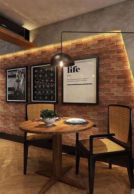 24. Decoração com quadros para parede de tijolinho rústica – Foto: ArchZine