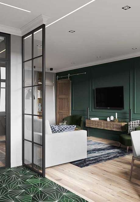 18. Decoração de sala verde com boiserie e rack suspenso – Foto: Pinterest