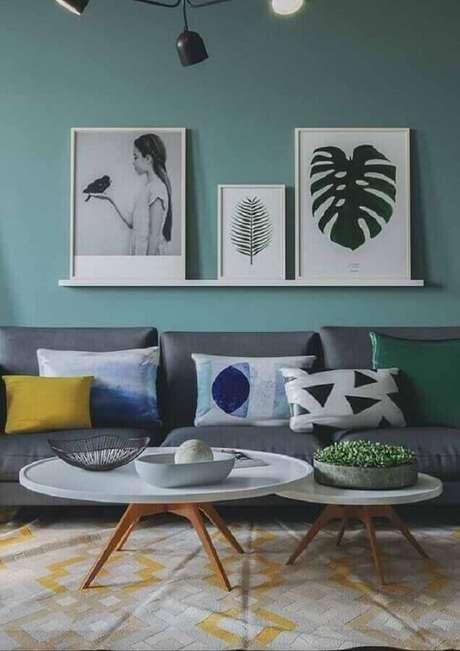 1. Decoração de sala verde clara com prateleira para quadros de parede – Foto: Homedit