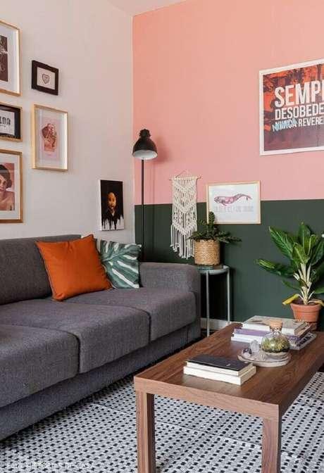 2. Decoração de sala verde e rosa com sofá cinza e luminária de chão – Foto: Histórias de Casa