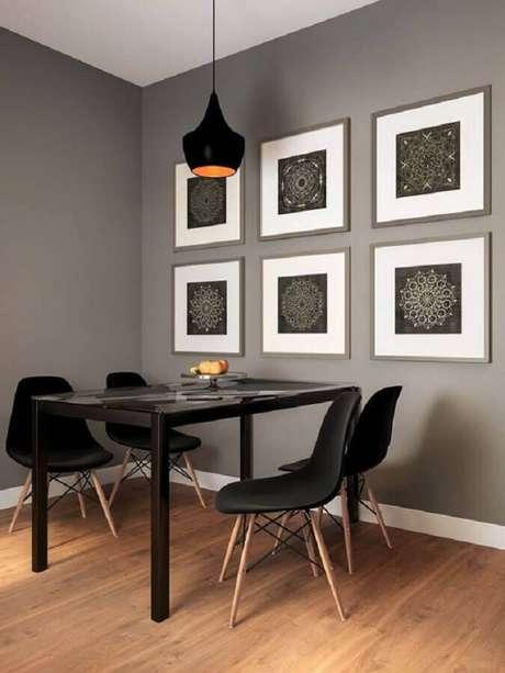 4. Sala de jantar minimalista decorada com quadro de parede – Foto: Só Decor